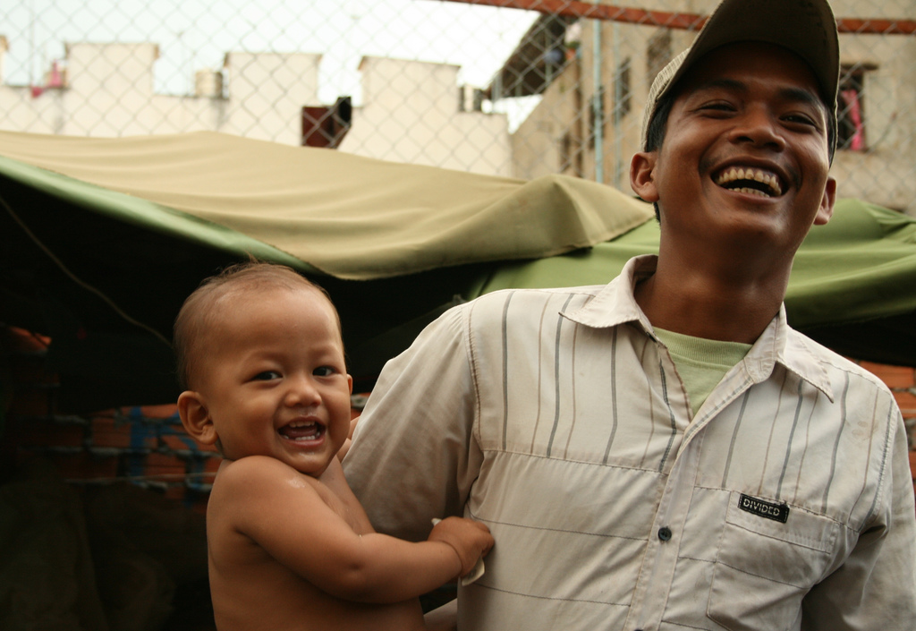 En mann morer seg med sønnen sin på markedet i Phnom Penh. Foto: John Einar Sandvand