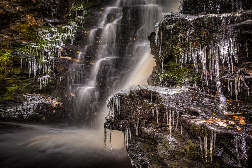 Ice taps by the small waterfall showed that winter was coming. Photo: John Einar Sandvand