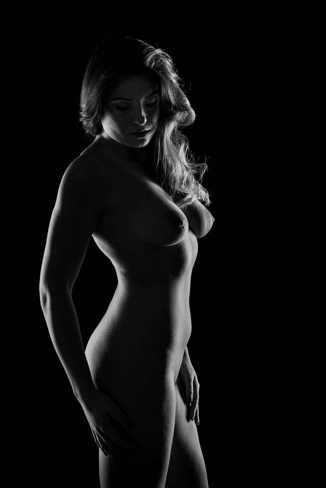 Silhouette photo - with two softboxes with grids from behind to light the lines of the body. Photo: John Einar Sandvand