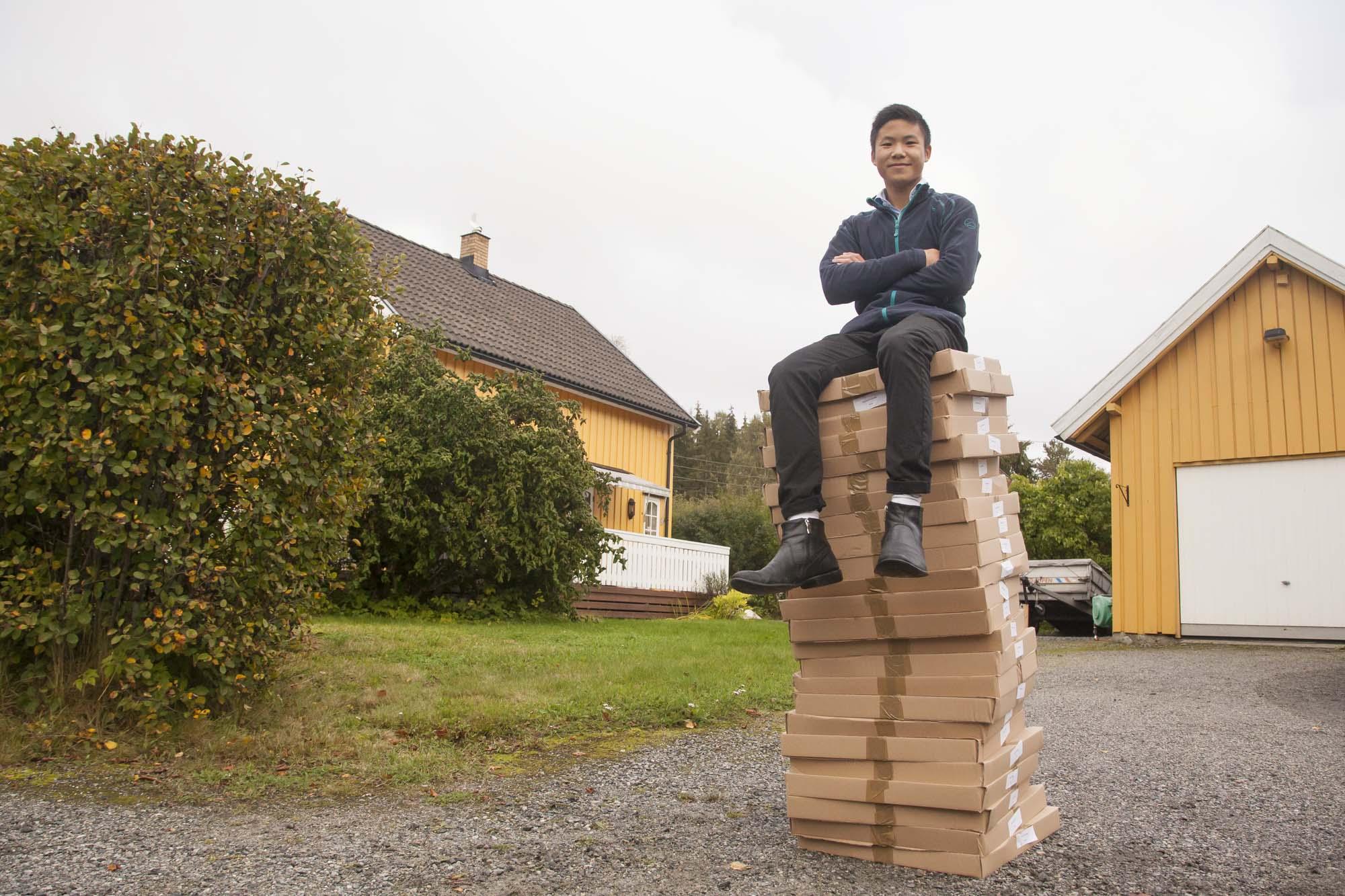 17 år gamle Simon har jobben med å bringe ut Ås-kalenderne til alle som bestiller. Han har med kortautomat.